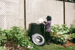 A Super Simple Worm Compost System for Your Kitchen Scraps