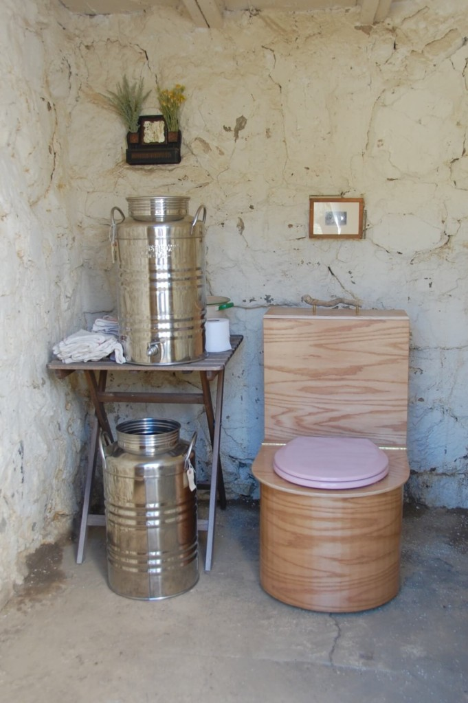 off-grid-bathroom-by-cabin-dwellers-textbook